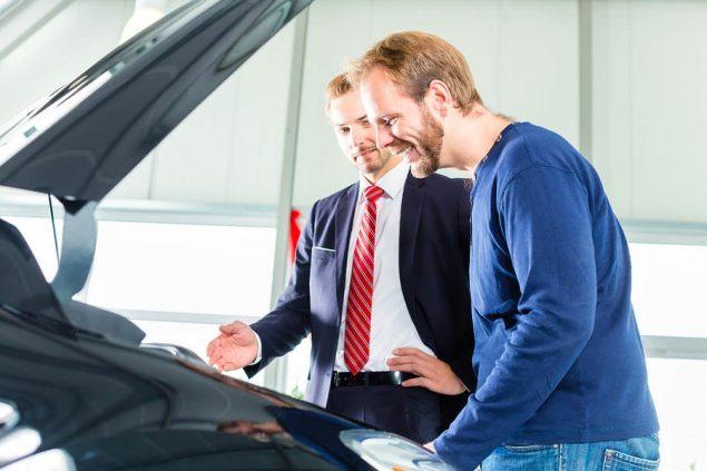 Торг возле автомобиля