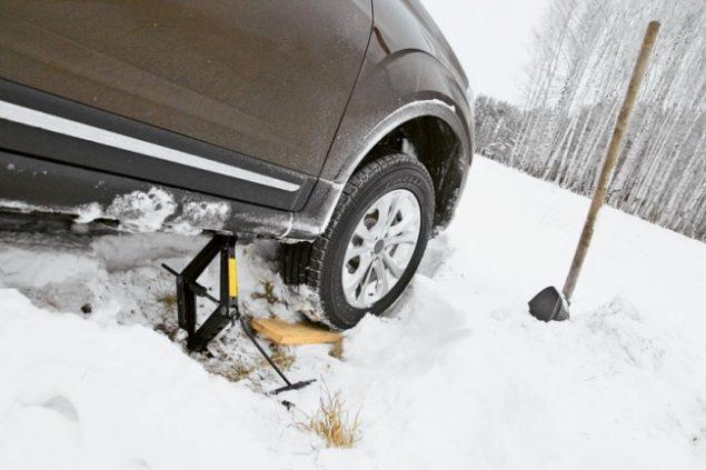 Машина засела в снегу